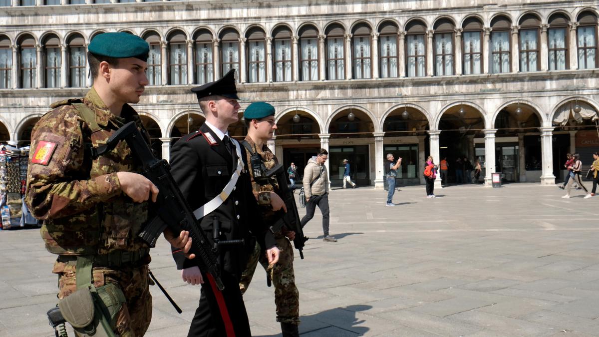 Bildet viser italiensk politi patruljerer Markusplassen i Venezia etter varsel om et planlagt terrorangrep