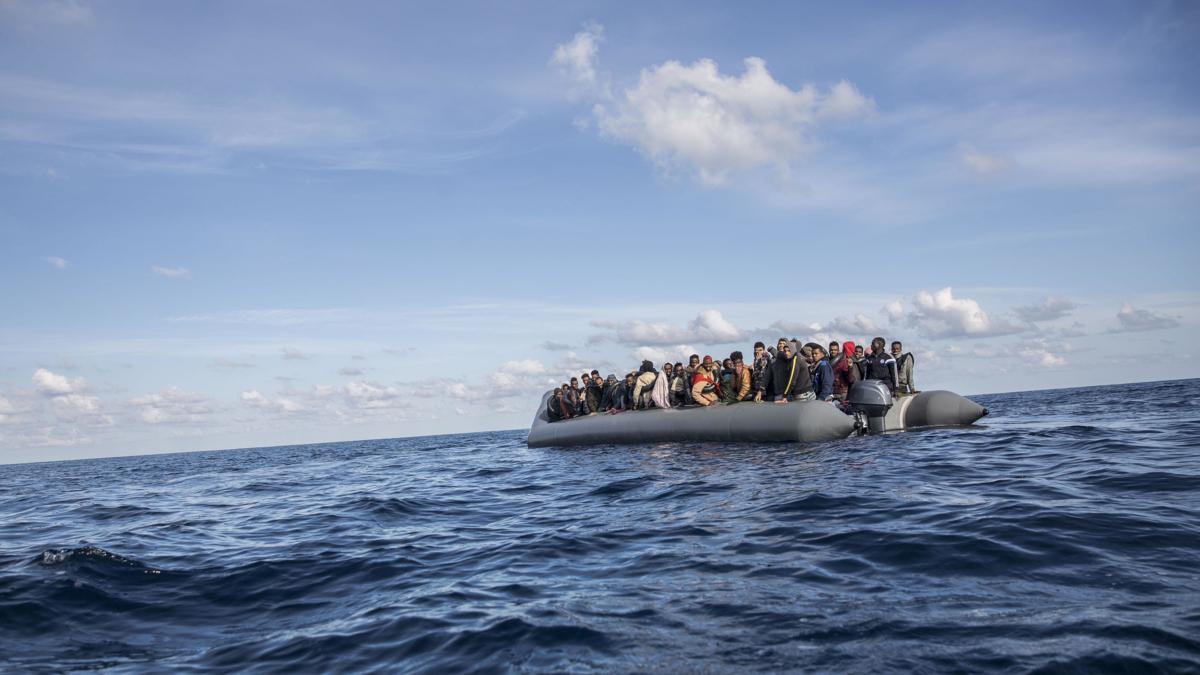 Bildet viser båtmigranter fra Libya i en gummibåt til havs i 2018