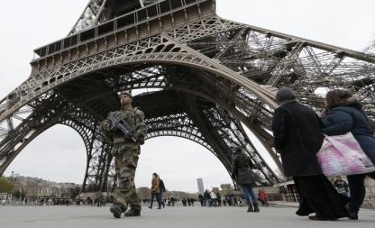Bildet viser en fransk soldat som patruljerer området rundt Eiffel-tårnet i kjølvannet av terrorangrepene i Paris i januar 2015.