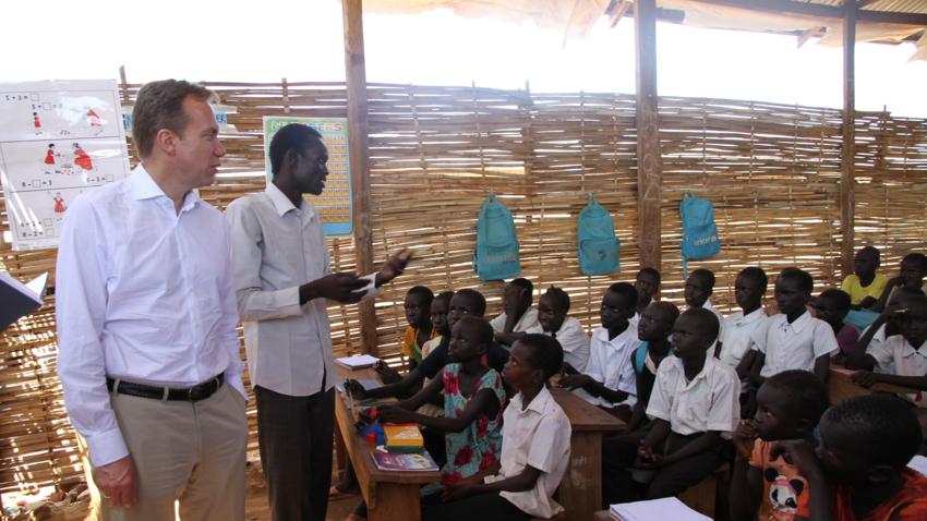 Utenriksminister Børge Brende besøker en skole for barn på flukt