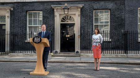 Bildet viser Storbritannias statsminister annonsere sin avgang