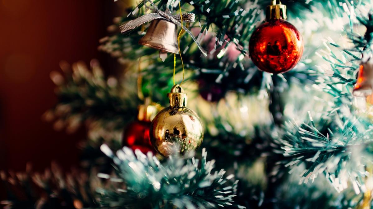 Bildet viser en del av et pyntet juletre