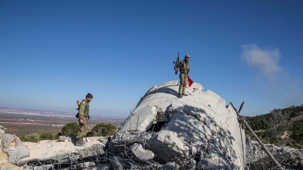 Bildet viser medlemmer av Free Syrian Army på patrulje.