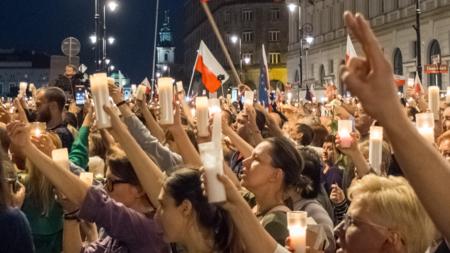 Bildet viser demonstranter i Polen