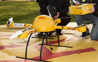 Bildet viser en DHL-drone som testes for levering av medisiner.