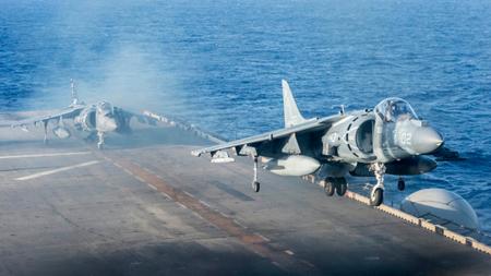Bildet viser jagerfly i Øst-Kinahavet.