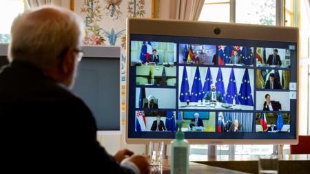Bildet viser en skjerm med rammer med medlemmer i Det europeiske råd i et digitalt møte