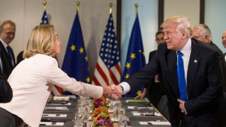 Bildet viser EUs utenrikssjef Federica Mogherini og Trump under et møte i Brussel i fjor
