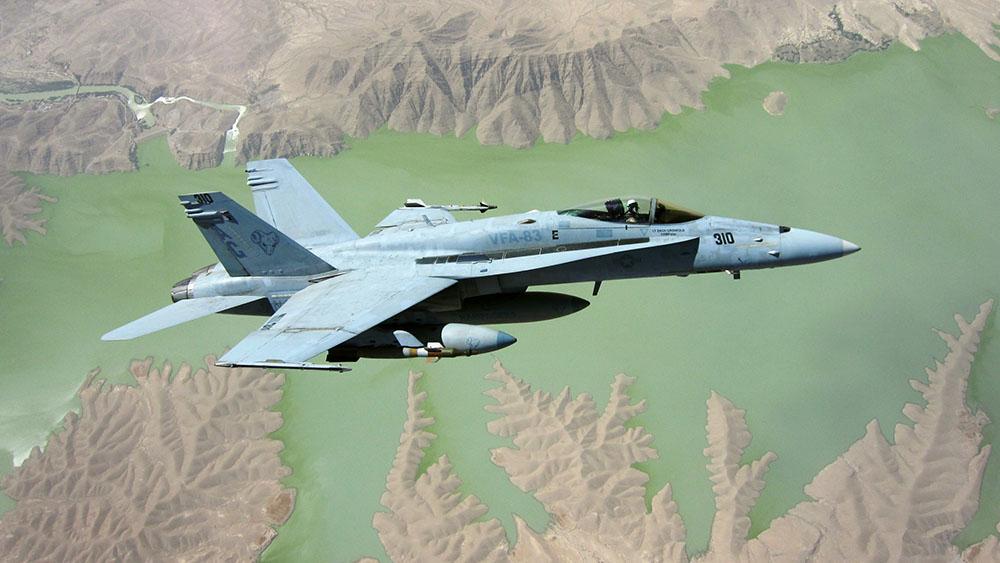 Bildet viser et amerikansk jagerfly over Afghanistan