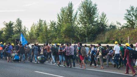 Bildet viser flytkninger på vei mot Østerrike