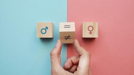 Bildet viser tre kuber med henholdsvis mannlig symbol, kvinnelig symbol og en kube i midten son snus til et erliktegn
