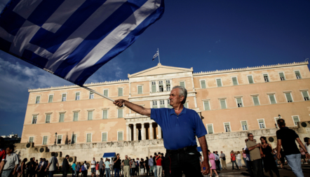 Bildet viser en gresk demonstrant
