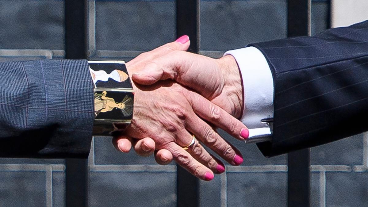 Bildet viser et håndtrykk