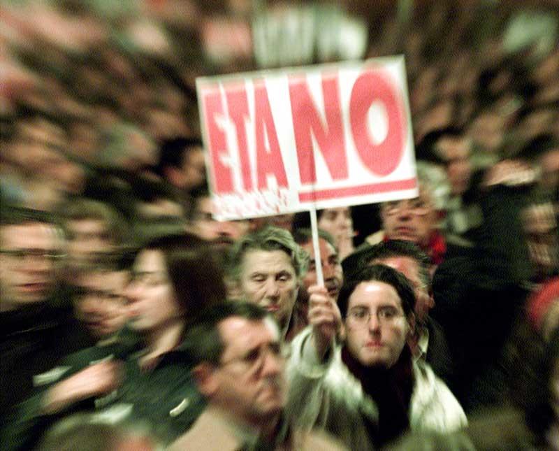 Bilde av folk som demonstrerer mot ETA.