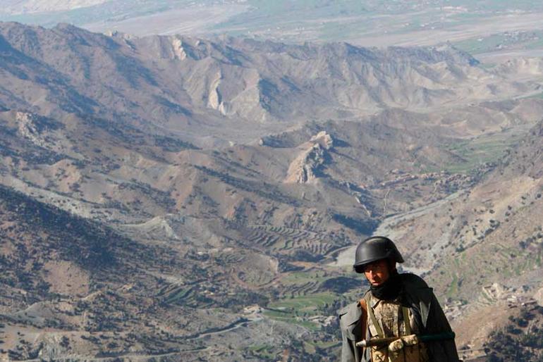 Bilde av soldat på grensen mellom Afghanistan og Pakistan.