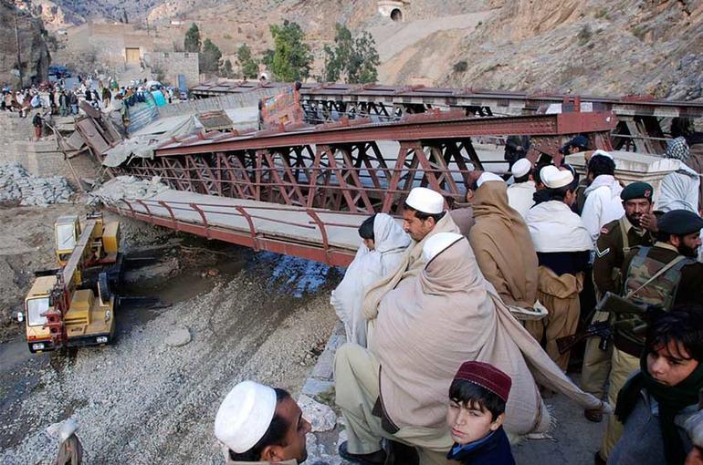 Bilde av skuelystne ved ødelagt bro.
