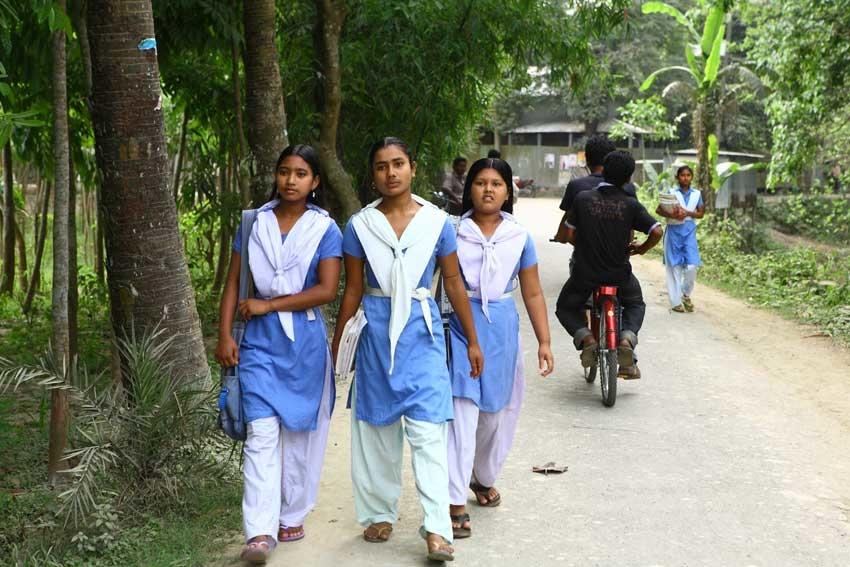 Bilde av ungjenter i Shusunda på vei til skolen