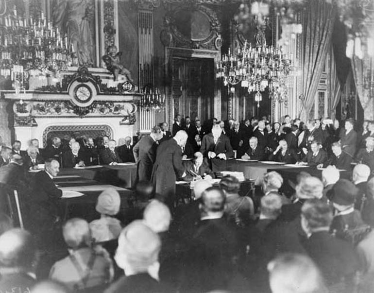 Bilde fra signeringen av Briand-Kelloggavtalen i 1928