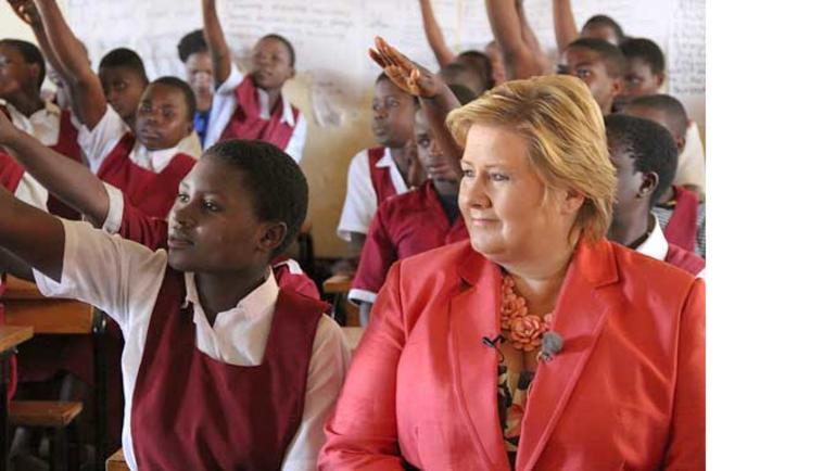 Bilde av Erna Solberg på en skole i Malawi