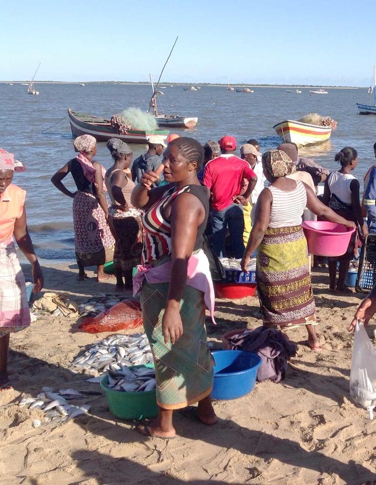 Bilde av kvinnelige fiskehandlarar ved Victoriasjøen