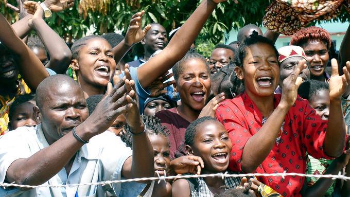 Bilde av jublande sivile