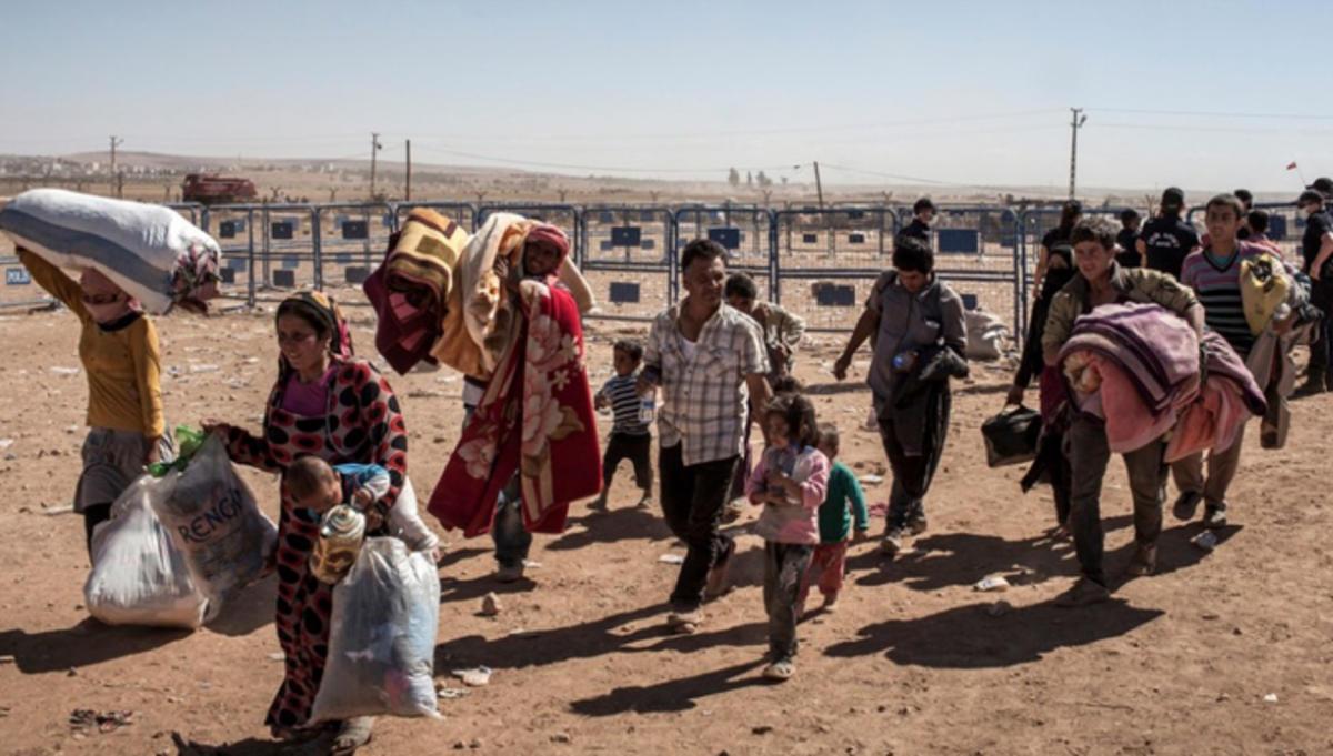Bilde av flyktninger fra Syria på vei inn i leir i Tyrkia