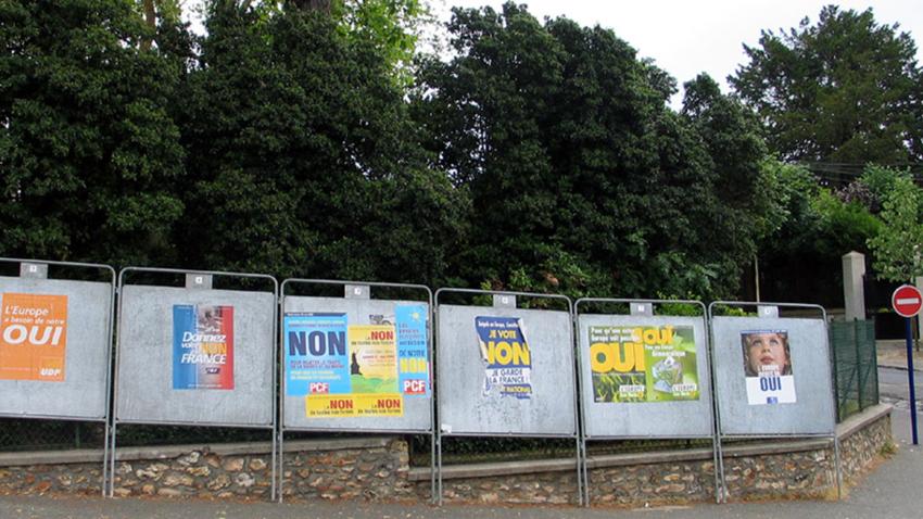 Bilde av valgplakater under den franske folkeavstemningen om EU-grunnlov i 2005.