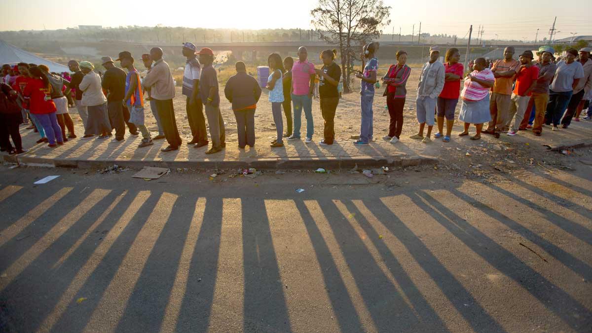 Bilde av sørafrikanske  velgere i kø for å stemme