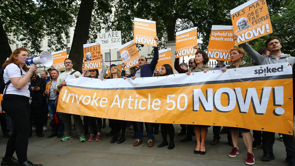 Bilde av Leave-tilhengere som krever fortgang i utmeldingen