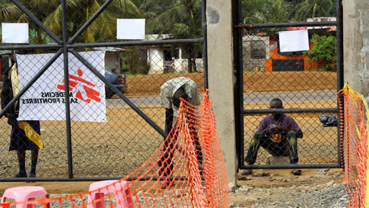 Bilde av avviste pasienter utenfor en ebolaklinikk i Liberia