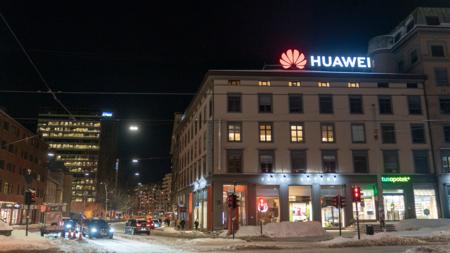Bildet viser et lysende Huawei-skilt på toppen av et bygg på Majorstuen i Oslo