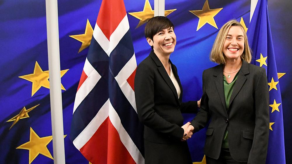 Bildet viser Norges utenriksminister Ine Eriksen Søreide som tar Federica Mogherini, EUs høyrepresentant for utenrikssaker og sikkerhetspolitikk, i hånden.