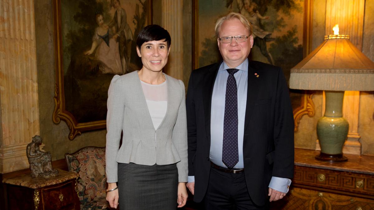 Bidet viser forsvarsminister Ine Marie Eriksen og svenske kollega Peter Hultqvist