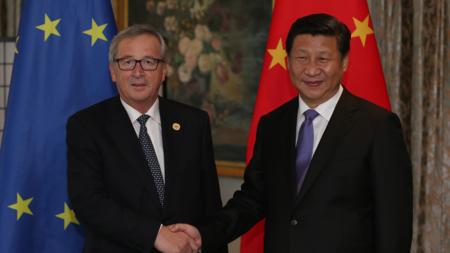 Bildet viser Juncker og Jinping