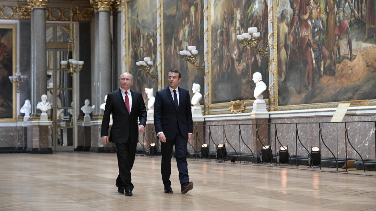 Bildet viser Vladimir Putin og Emmanuel Macron i Versailles.