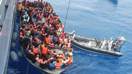 Bildet viser en båt med flyktninger
