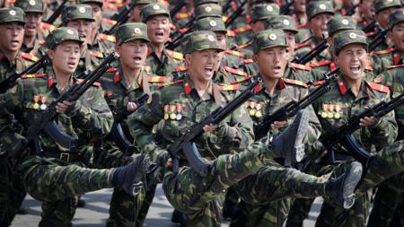 Bildet viser en militærparade i Nord-Korea