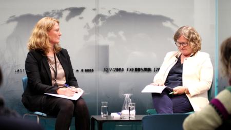 Bildet viser Pernille Rieker og Tove Gravdal på seminar