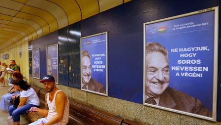 """Bildet viser en anti-Soros-plakat med teksten """"Ikke la Soros få le sist""""."""