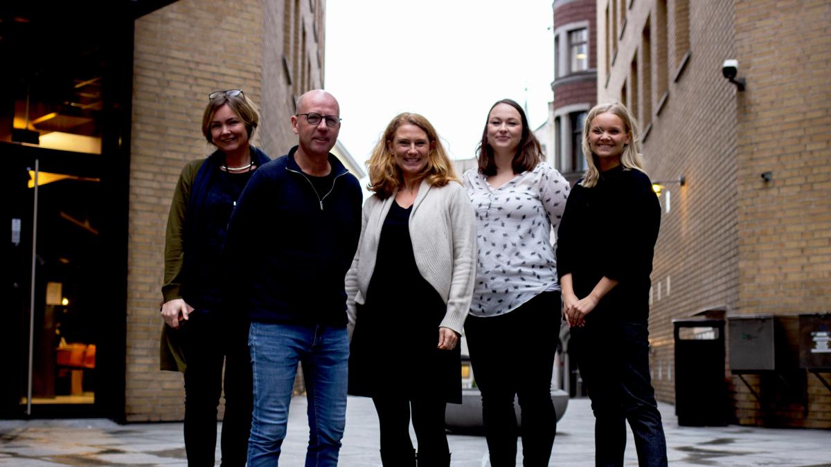 Bildet viser NUPI-forskerne som har fått innvilget H2020-prosjektet PREVEX fotografert utendørs