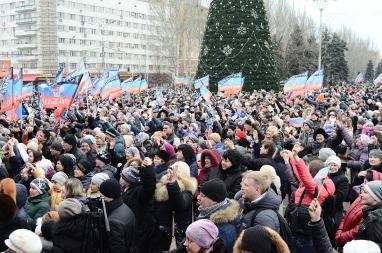 Bildet viser pro-russiske separatister i Donetsk i desember 2014.