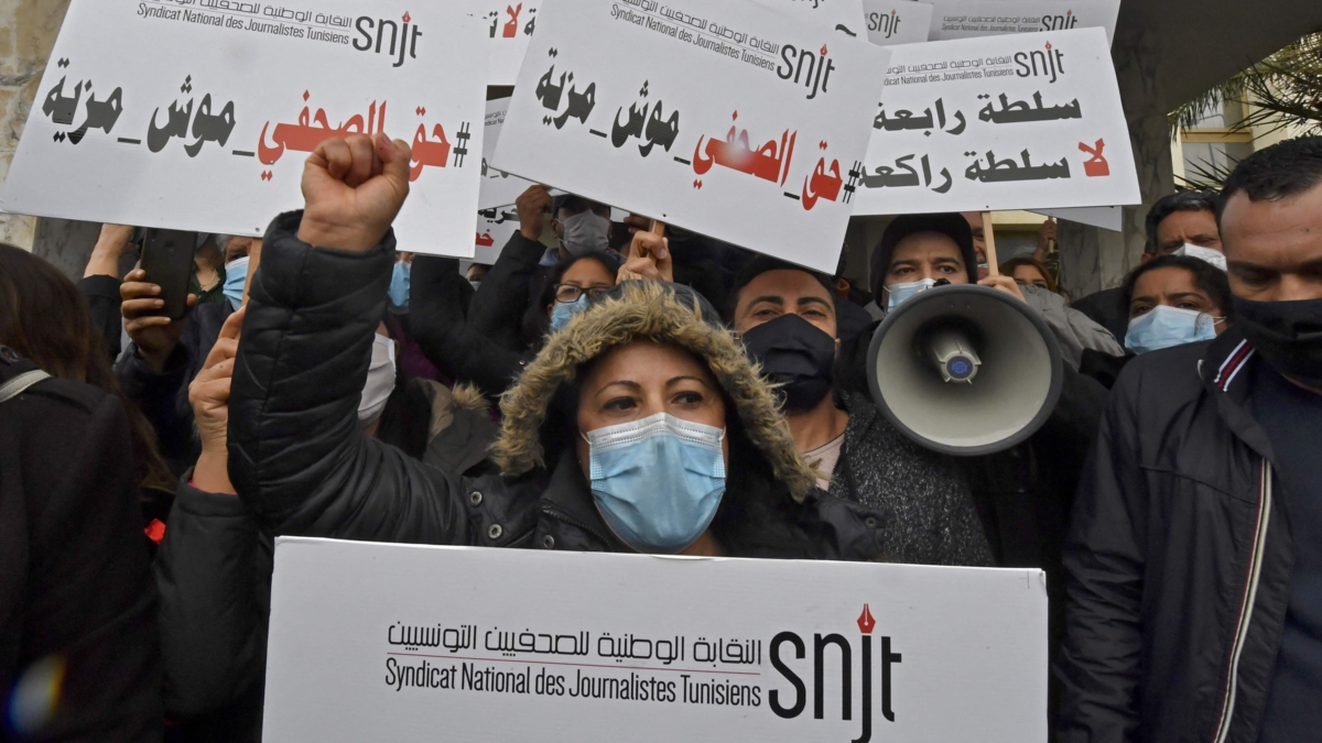 The image shows journalists demonstrating in Tunisia.