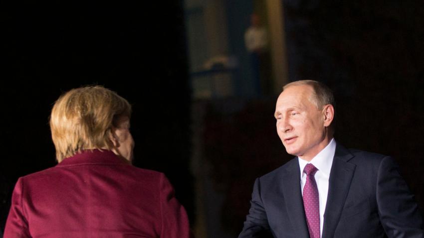 Bildet viser Vladimir Putin og Angela Merkel