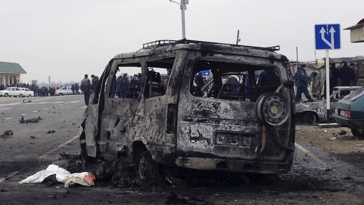 En utbrent bil etter selvmordsangrep i Dagestan