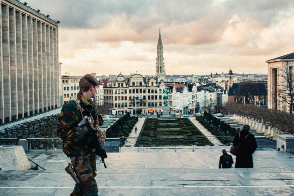 Bevæpnet belgisk soldat patruljerer park i Brussel