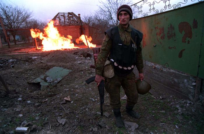 Bildet viser en soldat i en konflikt i Tsjetsjenia