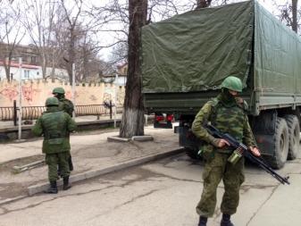 Bildet viser bevæpnede soldater uten kjennetegn på Krim.