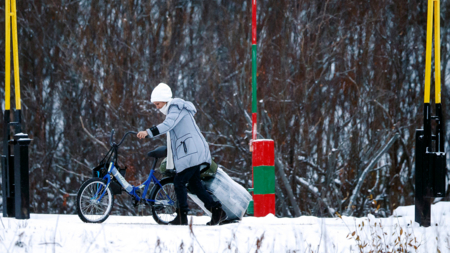 Bildet viser en person med sykkel som kommer over Storskog