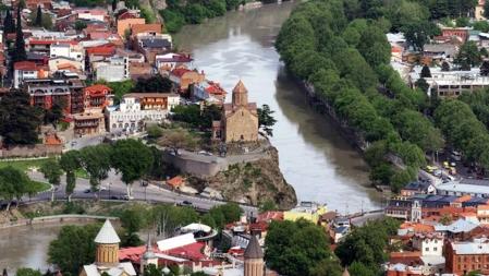 Bildet viser hovedstaden i Georgia, Tbilisi