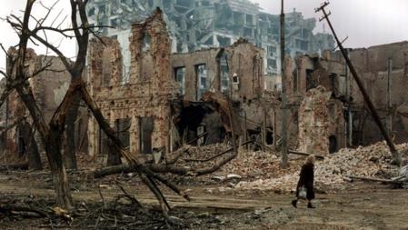 Bildet viser et utbombet Groznyj i 1995